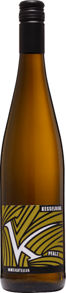 TheYellow Muscat from Lukas Kesselring from the German wine region Pfalz is a balanced, grape-varietal and seductive white wine. In the glass, this wine shines in a bright golden yellow with bright golden highlights. The fruity bouquet is dominated by tropical fruits. Particularly juicy lychee and sun-ripened passion fruit come to the fore and are underlined by light notes of citrus fruits. On the palate, this German white wine has an unforgettable, perfectly balanced interplay between the wonderful residual sweetness, the animating freshness and the filigree acidity. The fruity-fresh aroma of the nose is also reflected and gives this wine the finishing touch. Food recommendation for the kettle ring Yellow Muscat plate fine tart This semi-dry white wine from Germany should not be missing on cozy barbecues with family and friends. But this wine is also a treat for crisp summer salads or tuna tartar.