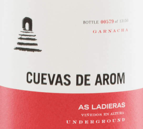 The As Ladieras from Cuevas de Arom is an excellent, grape varietal red wine from the Spanish region of D.O. Campo de Borja in Aragon. A bright ruby red with bright red highlights shines in this wine in the glass. The complex bouquet presents complex, intense aromas: red and black berries appear in combination with floral notes. The floral-berry play of aromas is accompanied by finely smoky hints. The aroma complexity of the nose is also reflected on the palate and is enveloped by a wonderful freshness. The tannins are subtly integrated into the very good body and are accompanied by a hint of clove and black pepper. The final convinces with a wonderful length.  Vinification  of Cuevas de Arom As Ladieras The Garnacha grapes for this Spanish red wine grow from 25-year-old vines at an altitude of 500-600 m in a flat position. The harvesting is done exclusively by hand.  In the wine cellar, the harvested material is gently pressed and then fermented at a controlled temperature  in 5000 litres of cement tanks and then in the cement tank and wine egg. After completion of the fermentation process, this wine is stored for 8 months in French oak barrels. Finally, this wine is lightly filtered and poured onto the bottle.  Food recommendation for  the As Ladieras by Cuevas de Arom This dry red wine is decanted early on an absolute solo pleasure. Or serve this wine for cozy barbecues with family and friends. Awards for  As Ladieras Guía Peñín: 92 points for 2015 The Wine Advocate: 91 points for 2015