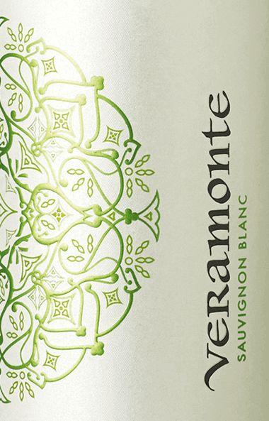 The Sauvignon Blanc from Veramonte is a wonderful, grape varietal white wine from the Chilean wine region Casablanca Valley. A clear straw yellow with gold-green highlights shimmers in this wine in the glass. The lively bouquet is characterized by fresh aromas. Sun-ripened citrus fruits - in particular lime and mandarin - appear together with fine nuances of fruit blossoms. Wonderfully juicy with a fresh fruit, this Chilean white wine convinces the palate. The soft fullness merges into a beautiful finale with aromatic length. Food recommendation for the Veramonte Sauvignon Blanc Enjoy this dry white wine from Chile well chilled simply solo on the terrace or balcony. Or hand this wine over to grilled fish, quiche with vegetables or fresh pasta.