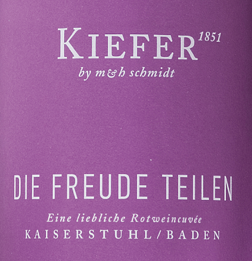 Die Freude teilen from Weingut Kiefer of the wine line Junge Poeten is a medium-sweet, berry and seductive red wine cuvée from the German wine-growing region Kaiserstuhl in Baden. This red wine is vinified from the Prior, Dakapo, Dunkelfelder, Spätburgunder, Dornfelder and Cabernet Mitos grape varieties. This wine shows itself in a deep dark red with violet highlights. In the nose aromas of blackberries and black currants are peppered with a racy spice. The palate is convinced by the concise, harmoniously integrated residual sweetness of this Kiefer wine. A beautiful finish with ripe tannins rounds off this German red wine wonderfully. Food recommendation for the Kiefer Die Freude teilen We recommend this medium-sweet red wine cuvée from Germany with dark chocolate and chocolate desserts.