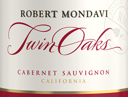The Twin Oaks Cabernet Sauvignon by Robert Mondavi from the sunny wine region of California is a wonderful red wine cuvée from the Cabernet Sauvignon (77%), Petite Sirah (7%), Syrah (6%) grape varieties and other red, complementary grape varieties (10%).  A warm cherry red with purple reflections shines with this wine in the glass. The balanced bouquet seduces the nose with aromas of blackcurrants, sweetly ripened cherries and spicy nuances of oak, freshly ground coffee and toast. The palate of this American red wine enjoys a harmoniously round, balanced body with warm spicy fruit fullness. The tannins are velvety soft and harmonize wonderfully with the fruity sweetness and vital acidity. The long finale is wonderfully aromatic.  Vinification of Robert Mondavi Twin Oaks Cabernet Sauvignon In the vineyards of California (mainly Lodi and Sierra Foothills) the grapes are harvested at optimum ripeness. Once the harvested material has arrived in the wine cellar, the berries are gently ground. The mash is then fermented at a controlled temperature in stainless steel tanks. This red wine is aged both in stainless steel tanks and in American and French oak barrels.  Food recommendation for the Cabernet Twin Oaks Mondavi This dry red wine from the USA is an excellent accompaniment to cozy barbecues with the family and friends. Or combine this wine with fresh pasta dishes with spicy and spicy sauces.