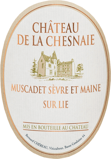 In the glass, this varietal white wine shines in a bright straw yellow with silvery reflections. Clearly fruity and very fresh smell the bouquet of Château de la Chesnaie Muscadet Sevre-et-Maine sur Lie by Chereau Carre citrus, white peach, nectarine and slightly exotic notes of lychee, melon and pineapple. This is Gerkönt by delicate hints of white flowers such as honeysuckle, delicate roasted flavors of freshly toasted white bread and a hint of sea air. The crystal-clear palate with the animating and crisp fresh acidity gives the wine vibrancy, strength and lightness. He eventually opens into a very nice and long finish with a herbfruchtigem reverberation of lemon and grapefruit. This wine immediately makes you want more and harmonizes perfectly with fresh or au gratin oysters, lobsters, mussels in cream sauce, seafood salads, fine fish (eg salmon, sautéed in butter) or goat cheese. But also as a refreshing aperitif he is excellent.