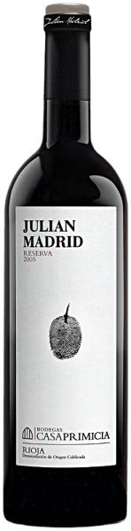 TheReserva de Familia Julian Madrid DOCa Rioja Alavesa by Bodegas Casa Primiciais revealed in an elegant cherry red color with garnet red border. It pampers with intense, elegant aromas of ripe dark fruits such as cassis, blackberries, blueberries and cherries, matched with spicy notes of vanilla and liquorice as well as a hint of toasted wood and leather. It fills the palate with its full-bodied structure, the well-curled tannin and the enormously soft, juicy fruit. A complex, powerful, fleshy and modern Rioja with enormous development potential.We recommend it with paella, strong meat dishes, game and cheese.
