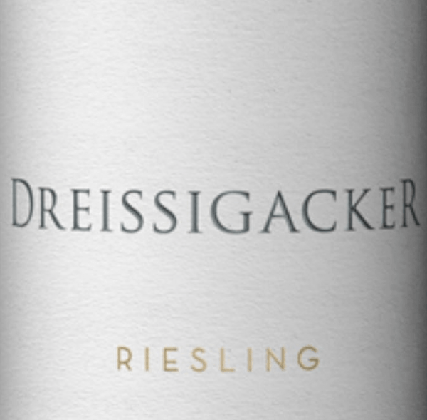 The Guts Riesling from Dreissigacker in Rheinhessen is spicy, fresh and mineral with lots of fresh fruit. This certified organic Riesling shows a clear nose with lots of citrus fruits and exotic fruits as well as some spice and herbal minerality. On the palate, the Riesling von Dreissigacker estate wine is clear and juicy. This organic wine from Rheinhessen reveals puristic minerality and spicy apple fruit, followed by balanced acidity and light astringency. On the palate, the minerality of Gutsriesling von Dreissigacker becomes more and more complex and impressive. The tightly laced waist of Dreissigacker Riesling presents itself with dense juiciness and a strong upper body. A racy, angular white wine with freshness, pressure, depth and length. Food recommendation to the Riesling estate wine of Dreissigacker Enjoy this wonderful white wine from Rheinhessen with melon slices with Parma ham, shellfish, seafood, fish and poultry dishes and Saltimbocca with Parmesan risotto.