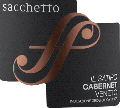 The Il Satiro Cabernet Sauvignon Veneto IGT by Sacchetto is presented in the glass in a deep dark cherry red with black tones. The intense bouquet of this wine reveals the warm aromas of ripe cherry and vanilla. These notes are rounded off by fine hints of spices, as well as a hint of liquorice. On the palate, the Il Satiro starts soft with the flavours of cloves and licorice. These are then followed by a pleasantly full-bodied and long-lasting taste. Vinification for Il Satiro This pure Cabernet Sauvignon is vinified from grapes from Veneto, which are pressed and macerated over a period of 15-20 days. After the addition of selected yeasts, the must is fermented slowly and then aged in barriques for 12 months. The refinement in bottles for a few months gives this red wine its final touch. Food recommendation for the Sacchetto Il Satiro Enjoy this dry red wine with pies, grilled red meat and game or with pasta bolognese.