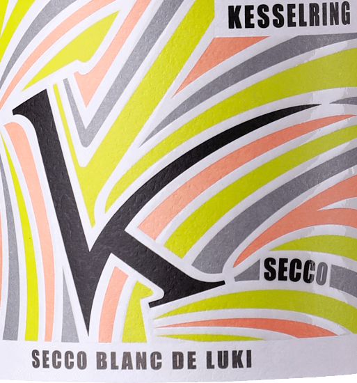 The Secco Blanc de Luki by Lukas Kesselring is a sparkling, refreshing and uncomplicated semi-sparkling wine from the German wine region of Palatinate, vinified from organically grown grapes. In the glass, this wine shimmers in a bright light yellow with glittering highlights. The subtle pearl layer rises to the surface in very fine pearl cords. The fruity aromas of the bouquet pamper the nose with notes of juicy ripe berries, exotic fruits and floral nuances. On the palate, this German semi-sparkling wine has a wonderful sparkle, which gives the Secco Blanc de Luki its wonderful freshness. The red berries are also present and skilfully underline the elegant, flattering and lively character. Food recommendation for the Secco Blanc de Luki boilerring This semi-sparkling wine from Germany should definitely not be missed on lukewarm summer evenings - the Secco Blanc de Luki is wonderfully refreshing when well cooled. But this wine also fits perfectly as a welcome aperitif or with light finger food.