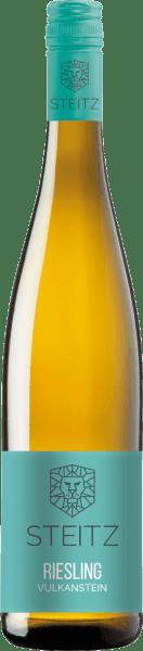 Der Riesling Vulkangestein trocken vom Weingut Steitz leuchtet in einem hellen Gelb und verführt mit seinem herrlich frischen und fruchtigen Bouquet. Dieses vereint die Aromen von Zitrusfrüchten, grünem Apfel, Pfirsich und feine Holunderblüte. Dieser Riesling aus Rheinhessen ist perfekt abgestimmt mit seiner anregenden Säure, welche sich in den feinen Fruchtschmelz einbettet. Ein exzellenter Riesling mit einzigartigem Charakter! Speiseempfehlung für den Riesling Vulkangestein vom Weingut Steitz Genießen Sie diesen trockenen Weißwein zu grünem Spargel oder zu Pasta mit Meeresfrüchten und Knoblauch.