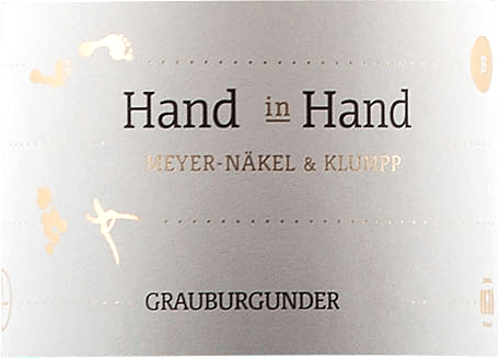 The Hand in Hand Grauburgunder by Meike Näkel & Markus Klumpp delights with a magnificent bouquet full of lush aromas of ripe mango and sun-drenched apple. An exotic hint of melon and physalis and a fine herbal minerality caress the nose. The notes of the nose are also reflected on the palate of the Hand in Hand Grauburgunder. This white wine from Baden is dense and powerful on the palate with a melting texture. An invigorating white wine that also reveals mango and a spicy herbal minerality in the finish. Discreet vanilla aromas and a lively acidity make this Burgundy a real drinking pleasure. This Pinot Gris is a joint project of Meike Näkel from the Meyer-Näkel winery in the Ahr region and her husband Markus Klumpp from the winery of the same name in Baden. For this wine, the Ahr contributes the barrels and Baden the bulk of the grapes. Vinification of the Grauburgunder hand in hand The grapes for this white wine come from old vines rooted in loess and clay soils with a high lime content. After selective hand harvesting, about 25% of the Grauburgunder grapes were fermented in barriques, the remaining part in stainless steel tanks. The maturation on the yeast over a period of 5 months gives this single-varietal Pinot Gris its creamy melt. Food recommendation for the Pinot Gris Hand in Hand Enjoy this dry German white wine with strong fish, poultry and white meat.
