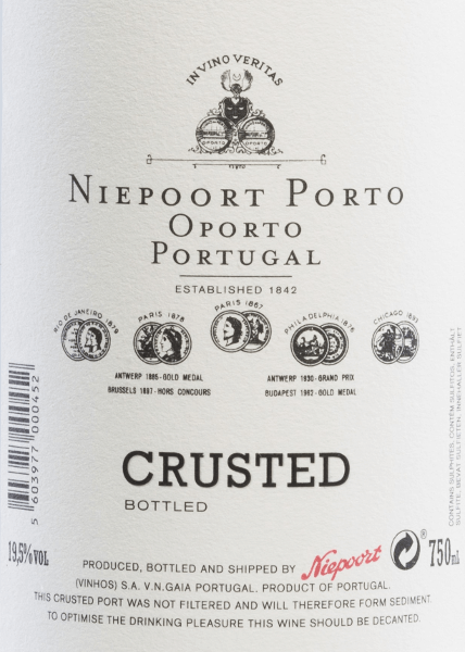 The crusted port of Niepoort is vinified from Sousão, Tinta Amarela, Tinta Cão, Tinta Francisca, Tinta Roriz, Touriga Francesa, Touriga Nacional and other red Portuguese grape varieties. This port shimmers in a rich ruby red with dark red highlights in the glass. The expressive bouquet is characterized by the typical portal aromas. dried plum combines with juicy cherry and fine hints of mint. The aromas of the nose are also reflected on the palate and are underlined by hints of chocolate. The body is wonderfully dense with soft tannin and a well-integrated acid structure. The long-lasting finale is accompanied by cherry nuances. Vinification of Port Crusted Niepoort The grapes for this port come from the single vineyardsVinha da Pisca, Vale do Pinhão and Ferrão and from 60 to over 100 years old vines. Harvesting takes place exclusively by hand in the period from September to October. Once the harvested goods have arrived at the winery in Vale de Mendiz, they are crushed with their feet in Lagares using a traditional method. The mash remains in the lagars for fermentation and is pumped into large, used wooden barrels (2500 l) after the fermentation process has been completed. In these barrels this port wine matures for a total of 3 years. Food recommendation for Niepoort Crusted Enjoy this port wine with deer goulash with noodles and cranberries, wild boar roast in dark sauce or with chocolate desserts with fruit topping.