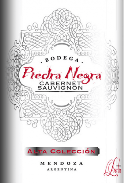 The intense red colour of the Alta Colleción Cabernet Sauvignon by Bodega Piedra Negra is reminiscent of a luminous ruby. A seductive scent of wild berries with a good pinch of pepper spreads in the nose. On the palate, this Argentinian red wine presents itself with pleasantly ripe tannin, which gives this wine a good structure. The dense, velvety body is carried by sweetly ripened berries, liquorice and a fine hint of oak wort. The finale has a nice, pleasant length.  Food recommendation for the Piedra Negra Alta Colleción Cabernet Sauvignon Enjoy this dry red wine from Argentina with the Mediterranean or too short roasted lamb. But also solo, this wine is a real treat.