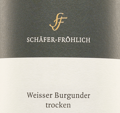 The Pinot Blanc quality wine from Schäfer-Fröhlich is presented in a light yellow-green colour in the wine glass.The cool nose conveys clarity, freshness and is reminiscent of stone fruit.A dense, salty minerality with ripe apple and peach with herbal spice can be felt on the firmly structured palate. A hint of creaminess rounds off the taste before finishing with a long finish.A very expressive, soft white wine with maturity, wonderful balance, density, strength, depth and substance. We recommend it with poultry and white meat.