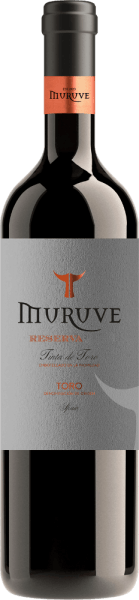 The barrel-aged Gran Muruve Reserva Toro from the wine-growing region of Castilla y León presents a dense ruby red colour in the glass. Slightly slanted, the red wine glass reveals a charming garnet red tone at the edges. To the nose, this Bodegas Frutos Villar red wine reveals all manner of dried plums, raisins and dried fruit. As if that wasn't impressive enough, the ageing in small wooden barrels adds further aromas such as beech smoke and firewood. This wine delights with its elegantly dry taste. It was bottled with only 1.6 grams of residual sugar. As you would expect from a wine, this Spaniard naturally enchants with the finest balance despite all its dryness. Excellent taste does not necessarily need sugar. This powerful red wine presents itself full of pressure and facets on the palate. Due to the moderate fruit acidity, the Gran Muruve Reserva Toro flatters the palate with a soft feeling without lacking juicy liveliness. In the finish, this red wine from the wine-growing region Castile - León finally inspires with considerable length. There are again hints of dried fruit and prunes. Vinification of the Gran Muruve Reserva Toro from Bodegas Frutos Villar The basis for the powerful Gran Muruve Reserva Toro from Castile - León are grapes from the Tempranillo grape variety. After the grape harvest, the grapes reach the winery as quickly as possible. Here they are sorted and carefully ground. Fermentation then takes place in small wood at controlled temperatures. After fermentation, the Gran Muruve Reserva Toro is aged for another 12 months in American oak barriques. Food recommendation for the Bodegas Frutos Villar Gran Muruve Reserva Toro This Spanish red wine is best enjoyed at a temperate 15 - 18°C. It is perfect as an accompaniment to vegetable couscous with beef meatballs, ossobuco or rocket penne.