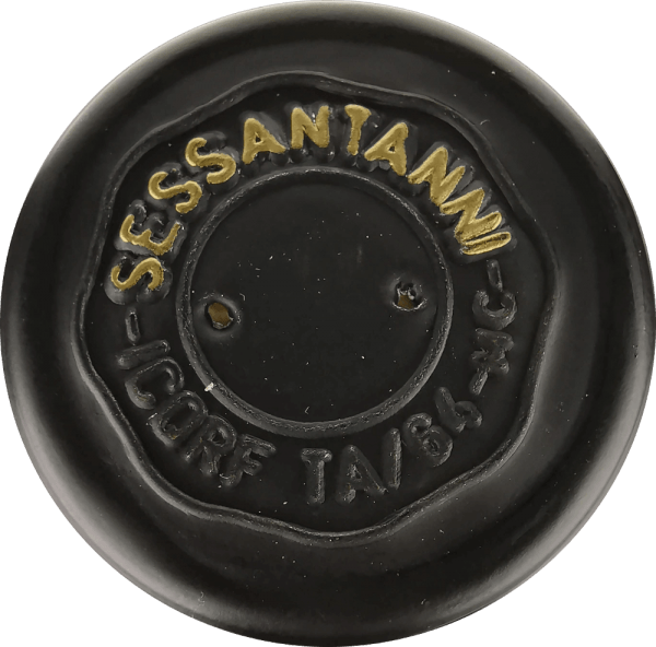 """The Sessantanni Primitivo di Manduria from Cantine San Marzano is one of the great red wines of Apulia.Sessantanni Primitivo, the racy Italian red wine, is vinified from grapes over 60 years old vines and inspires with opulent fruit and delightfully spicy nuances of cinnamon, cedar wood and vanilla. TheSessantanni Primitivo di Manduriaof the Cantine San Marzano is an unforgettably intensered wine from Italy, which inspires with its full body. Deep red in the glass, thisred wineimpresses with a multi-layered bouquet full of prunes, cherry compote, light tobacco, some anise and ripe wild berries. Vinification of the Sessantanni The hand-picked grapes for this noble red wine come from 60 year old vines rooted in barren soils rich in iron oxides. This explains the name, becauseSessantannistands for""""of sixty year olds"""". The result is among other things a much lower yield, because these gnarled old vines produce only about 3000 kg per hectare of grapes per year. This yield, which is naturally reduced, also allows a particularly high quality of the individual grapes. The Scirocco, which blows from North Africa, clearly shapes the climate of the vineyards of the Cantine San Marzano in southern Italy. It brings with it dry air that makes it difficult for fungi, insects and rot to clog the vines, making it almost possible to cultivate according to biological standards. 80% of the must is left on the mash for 18 days under temperature control. The remaining 20% for 25 days. This leads to an optimal extraction. The yeasts are vinous. After the Sessantanni is drawn off, it is aged for 12 months in French and American oak barrels. Tasting note/tasting of the Sessantanni TheSessantanni Primitivodi Manduria of the Cantine San Marzano is a pure Primitivo, which appears with a deep ruby red in the glass. The nose reveals aromas of prunes, cherry jam and sweet spices such as cloves, cinnamon and vanilla. On the palate, the Sessantanni is well structured, full and fleshy with a wonderf"""
