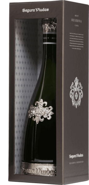 The Heredad Reserva Brut DO by Segura Viudas is an absolute premium cava from the Macabeo (67%) and Parellada (33%) grape varieties. Not only the decorative bottle with the pewter foot is a real eye-catcher, but also the bright golden yellow color with silver reflections. The pearl is shown with long-lasting and fine pearl cords. In the nose, this sparkling wine from Spain presents ripe yeast tones with fruity notes of citrus and yellow fruits. The palate is pampered by notes of dried ricot and nuances of lime and forest honey. The long finish once again reflects the wonderful aromas. Vinification of the Heredad Reserva Brut The grapes for this cava of Segura Viudas are carefully picked by hand. The Macabeo and Parellada grapes come from 15-20 years old vines. After the first temperature-controlled fermentation in the stainless steel tank, it is stored for 30 months on the yeast (bottle fermentation). Food recommendation for the Reserva Heredad This cava is a great accompaniment to Asian cuisine - such as Nasi Goreng, satay skewers with peanut sauce or curry rendang - Spanish tapas and fine liver pies and hard cheese. Awards for the Segura Viudas Heredad Vinum: 17 points Mundus Vini: Silver Medal (awarded 2016) Guía Peñín: 92 points (awarded 2015)