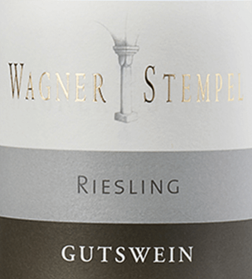 Riesling trocken von Wagner-Stempel is a varietal, lively and fresh white wine from the German wine-growing region of Siefersheim in Rheinhessen. The Riesling grapes come from organic farming. In the glass, this wine presents itself in a clear, light yellow color with green highlights. The bouquet impresses with a fruity aroma of apricot fruit, green apples and sun-ripened citrus fruits. The apricot fruit also comes to bear on the palate of this German white wine and is accompanied by a fresh, animating acidity. The mineral and extracted body gives the Wagner stamp Riesling a perfectly integrated, medium volume. All components are in a high balance with each other and lead to a pleasant final. Vinification of the Wagner stamp Riesling dry The organically grown Riesling grapes originate from the most diverse locations of the Siefersheim vineyards. The vines are largely rooted in sandy clay with porphyry weathering rock underground. Only by hand are the grapes harvested and strictly selected. Once the grapes have arrived in the Wagner-Stempel wine cellar, the must is fermented in stainless steel tanks. This white wine is then aged both in stainless steel tanks and in traditional German oak barrels. Food recommendation for the Riesling dry Wagner stamp Enjoy this dry white wine from Germany with fresh fish with fine lemon sauce, mussels in the white wine brew or with shrimp with garlic dip.
