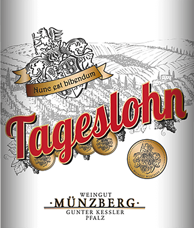 The Tageslohn Dornfelder Pinot Noir from Weingut Münzberg impresses with a dark ruby red dress and purple accents. The fruity odeur of cherries and blackberries persists on the ripe, strong palate. Soft tannins round off the delicate character of this wine with its typical aromas. All in all a mature and mild wine with structure and length, perfect after a hard day's work. Food recommendation for the Tageslohn Dornfelder Spätburgunder of Weingut Münzberg The Dornfelder Pinot Noir Tageslohn from Weingut Münzberg is an excellent accompaniment to hearty pasta dishes, roast beef or beef and lamb steaks as well as to snacks and light evening meals.
