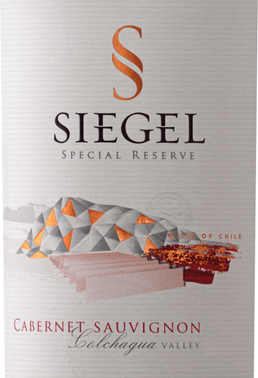 The Special Reserve Cabernet Sauvignon by Viña Siegel is revealed in the glass in a deep ruby red with a very complex bouquet. This unfolds the aromas of blackberries, tobacco leaves and cinnamon sticks. This Chilean red wine is present on the palate with concentrated fruit, which is embedded in a firm structure. With a lot of fruit, this complex wine ends in a long finale. Vinification of the Special Reserve Cabernet Sauvignon by Viña Siegel After harvesting, the grapes for this pure Cabernet Sauvignon are cold macerated for 5 days and then subjected to alcoholic fermentation at 27-29°C. The maceration following fermentation takes place over a period of 2-3 weeks. The Special Reserve Cabernet Sauvignon was aged in French oak for about 10-12 months. Food recommendation for the Special Reserve Cabernet Sauvignon Enjoy this dry red wine with pasta, pork loaf or roast beef.