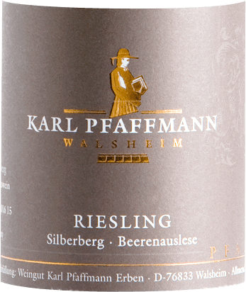 The Riesling Beerenauslese from Pfaffmann from the vineyard Walsheimer Silberberg shows a beautiful golden yellow colour in the glass. In the nose this sweet wine from the Palatinate reveals an extremely concentrated bouquet, which is carried by ethereal notes of chamomile and eucalyptus, as well as full fruity nuances of apricot, ripe peach as well as candied ginger and orange zest. On the palate, this Beerenauslese from the Walsheimer Silberberg convinces with a great interplay of enormously densely concentrated, clear fruit sweetness and firm, lemony acidity. A little honey as well as tart hints are to be tasted. An excellently balanced, wonderfully fresh drop with pressure and density, which Pfaffmann wrongly predicts will mature for only 15 years. We can easily see this wine at 25 years. Vinification of the Riesling Beerenauslese from Pfaffmann All noble sweet Rieslings from Pfaffmann have their origin in the single vineyard Walsheimer Silberberg, which surrounds the winery directly. Here the vines are rooted in sandy loess loam with limestone. Together with as long and warm late summer days as possible, the location guarantees sweet, noble rotten berries, which are individually selected by hand during the harvest. The Beerenauslese, harvested in late autumn, often brings an impressive 145° Öchsle and more to the must scale. Food recommendation for the Riesling Beerenauslese by Markus Pfaffmann Drink this noble sweet top wine from Pfaffmann in the Palatinate with fruity desserts or blue cheese.