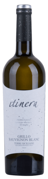 The Itinera Prima Classe Grillo Sauvignon Blanc IGT glows straw yellow in the glass with platinum yellow reflections and flatters the nose with fresh aromas of citrus fruits, Mediterranean flowers and tropical fruit. On the palate, the Grillo Sauvignon Blanc conjures up a smile on our face with fine acidity and great freshness. Fine fruit and balanced acidity in the finish. Vinification of the Itinera Prima Classe Grillo Sauvignon Blanc This cuvée of grillo (84%) and sauvignon blanc (16%) is completely expanded in the stainless steel tank and optimized for drinking fruitiness. Food recommendation for the Itinera Grillo Sauvignon Blanc Enjoy this dry white wine with fish and poultry or salads.