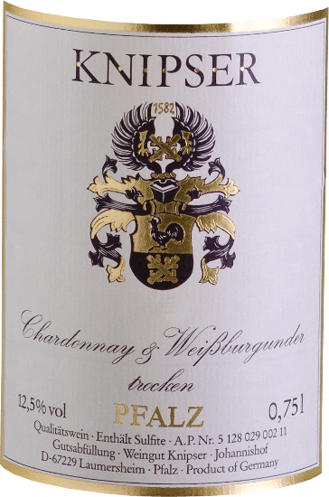 """The Knipsers also know that the family of Burgundian grape varieties makes a variety of qualities stronger in the collective. So do these two protagonists - Chardonnay & Weißburgunder von Knipser - who come from the same nursery but also take their own character paths. While the Chardonnay is considered the best white wine grape variety in the world, the Pinot Blanc is known only in our latitudes rather than high quality. Both together result in a wonderfully harmonious wine, which combines an equally elegant drinking flow but also a palatable melt. The Chardonnay and Pinot Blanc from Knipser is a wonderfully dry Palatinate white wine, as you rarely find it. In a yellow dress with greenish reflections, this German wine shines and it has juicy aromas of ripe local fruits, such as pear or fresh plum. Vinification of Chardonnay and Pinot Blanc by Knipser Both grape varieties of the cuvée already grow together in the vineyard, which in fact corresponds to a classic mixed set. The grapes of both varieties are harvested by hand and fermented togetherin a temperature-controlled stainless steel tank. Food recommendation for the Knipser Chardonnay & Pinot Blanc This dry white wine from Germany is a wonderful accompaniment to a fresh summer salad or light fish dishes in creamy sauce. Press reviews for Chardonnay - Pinot Blanc Cuvée by Knipser Eichelmann - Germany's wines """"The Chardonnay & Pinot Blanc is very inviting with a lot of melting, a wonderfullyjuicy and tasty cuvée of close relatives."""" Gault-Millau Wine Guide"""" A perfect gastronomic wine that reaches an incredible number of guests because it is very universal and yet never worships itself. """""""