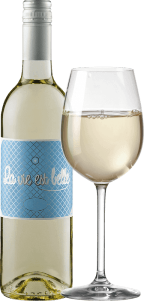 La vie est belle - life can be so beautiful. This crisp, fresh white wine is so light and carefree to enjoy. La Vie est belle wine enchants with its fresh and light taste and low alcohol content, especially in summer. This wine conveys a relaxed lifestyle and makes you want to have a picnic in the bright sun. La vie est belle blanc presents itself in a light straw yellow in the glass, unfolding its fresh and intense bouquet with the aromas of grapefruit, citrus peel and white flowers. On the palate you can feel the notes of fully ripe limes and pink grapefruit. The invigorating acidity is in perfect balance with the subtle residual sweetness of this wine from France. Vinification of La vie est belle white wine This fresh wine made from 100% Colombard grapes was aged in a steel tank. Since the wine was not completely fermented and selected harvests with a lower Oechsle degree were used, the La Vie Est Belle Blanc impresses with an alcohol content of less than 10% vol. and a fine, discreet residual sweetness, which gives it a wonderful melt. Food recommendation for La vie est belle blanc The low alcohol content makes this southern French wine the ideal summer wine. Enjoy this white wine with light summer dishes, antipasti and salads.