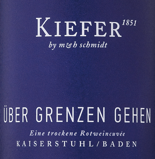 The Über Grenzen gehen from Weingut Kiefer is a dry, berry and fine spicy red wine cuvée from the German wine-growing region Kaiserstuhl in Baden. This red wine from the Junge Poeten line is made from the Prior, Dakapo, Dunkelfelder, Spätburgunder, Dornfelder and Cabernet Mitos grape varieties. In the glass this wine shimmers in an intense dark red with violet highlights. The bouquet enchants the nose with strong aromas of juicy blackberries and black currants - finely underlaid by a racy spice. Ripe tannins take over the palate of this German red wine, which harmonise wonderfully with the berry fruit fullness. Food recommendation for Bag in Box the Kiefer Über Grenzen gehen We recommend this dry red wine from Germany to you to strong courts and to many cheese sorts. But this wine is also the perfect solo companion for crossing new borders! In a practical 3 litre bag-in-box for on the go, whether for a sailing trip or camping.