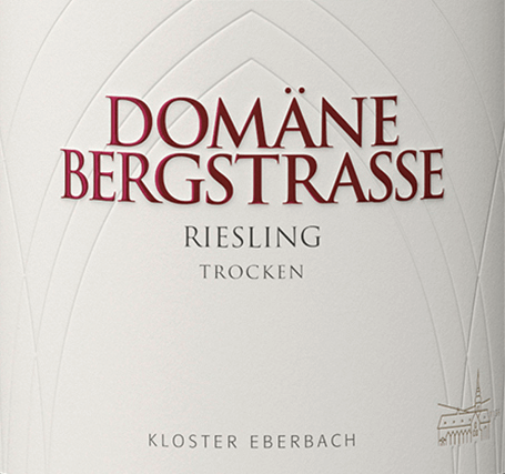The Riesling dry from Domäne Bergstraße from the Staatsweinkellerei Kloster Eberbach im Rheingau glows in the glass in a clear straw yellow with sparkling reflections. The bouquet reveals succinct aromas of juicy pears and ripe apples - accompanied by a delicate scent of fresh herbs. On the palate, this German white wine is juicy, fresh and, thanks to a present acidity and mineral spice, animating and invigorating. A herbaceous touch accompanies the light, juicy finale. Food recommendation for the domain Bergstraße Riesling dry This dry white wine from Germany goes perfectly with summer salads, cold appetizers, seafood and fresh fish dishes as well as with Vespers.