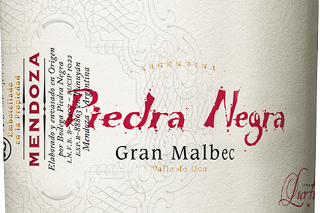 The Gran Malbec from Bodega Piedra Negrais an excellent Argentine red wine from the Mendoza wine region of the Chacayes vineyard. In the glass this wine shines in a deep cherry red with purple highlights. The spicy fruity bouquet convinces the nose with expressive aromas of dark berries - especially blueberry, mulberry and black currant, juicy black cherries and warm spices such as cloves and nutmeg. Thanks to the ageing of oak wood, nuances of toasted toast, coffee, vanilla and mild tobacco are added. The medium body pampers the palate with a juicy, elegant structure and a concentrated fullness of fruit. The structured tannins are densely and clearly woven into this Argentine red wine. A wonderfully harmonious and balanced red wine, which shines in the finish with an excellent length. Vinification of Gran Malbec by Piedra Negra The Malbec grapes grow at about 1100 m altitude in the vineyard Vista Flores in Mendoza. The harvest is done exclusively by hand in 20kg crates. Once in the cellar, the grapes are strictly selected on vibrating sorting tables. The selected berries are first crushed cold for 3 days and then fermented at a controlled temperature (26 degrees Celsius) in coated concrete vats. Once the fermentation process is complete, the wine remains on the skins for 2 weeks. This removes further colour pigments, aromas and soft tannins from the berry skins. Finally, this red wine is aged in one-year-old French oak barriques for a total of 18 months. Food recommendation for the Piedra Negra Gran Malbec This dry red wine from Argentina is an excellent accompaniment to wild boar ragout, pasta dishes in spicy sauces or matured cheese and Bayonne ham. We recommend that you open this red wine at least 2 hours before eating it. Awards for the Gran Malbec by Piedra Negra Robert. M. Parker - Wine Advocate: 91 points for 2011