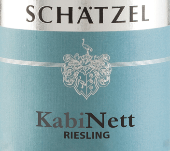 The Riesling Nierstein cabinet of Weingut Schätzel from Rheinhessen shows a brilliant, light yellow colour in the curved glass. If you give him some air by swivelling, this white wine is characterized by an incredible lightness, which makes him dance energetically in the glass. Poured into a white wine glass, this white wine from the Old World shows wonderfully expressive aromas of Mon Cheri cherry, blackcurrant, pear and plum, rounded off by other fruity nuances. The Riesling Nierstein Cabinet from Weingut Schätzel is ideal for all wine drinkers who like as little residual sweetness as possible in the wine. However, it never appears sparse or brittle, as you would expect with a wine of this price range. Light-footed and multi-layered, this dense white wine presents itself on the palate. Thanks to its vibrant fruit acid, the Riesling Nierstein Cabinet presents itself exceptionally fresh and vibrant on the palate. The finale of this maturable white wine from the Rheinhessen wine-growing region finally inspires with remarkable reverberation. Vinification of the Weingut Schätzel Riesling Nierstein Cabinet Grapes from the Riesling grape variety form the basis for the elegant Riesling Nierstein Kabinett from Rheinhessen. The Riesling Nierstein Cabinet is an Old World wine through and through, because this German wine breathes an extraordinary European charm, which clearly underlines the success of wines from the Old World. The fact that the Riesling grapes thrive under the influence of a rather cool climate also has an influence on the ripening of the harvested material that cannot be pointed out by hand. This manifests itself, among other things, in particularly long and uniform grapes and rather moderate alcohol content in the wine. After the harvest, the grapes quickly reach the winery. Here they are sorted and carefully broken up. The fermentation is then carried out at controlled temperatures. After completion of fermentation . Food recommendation for the Riesling N
