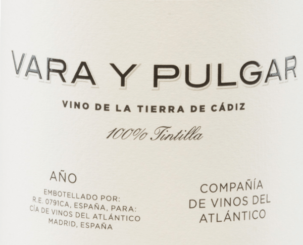 The Vara y Pulgar Tintilla from Compañía de Vinos del Atlántico in the sherry region of Cadiz is a pure, wonderful red wine from the Tintilla de Rota grape variety. In the glass, this wine shines in a brick red with opaque highlights. The fragrant bouquet is characterized by complex aromas: from red and blue fruits - such as raspberry, blueberry and plum - to fresh floral scents to candied nuances. On the palate, too, there was a berry aroma of raspberries and blackberries with a salty and spicy touch. The body is wonderfully juicy, fresh and concentrated. The fine tannins harmonize perfectly with the moderate acidity and lead to a long-lasting reverberation. Vinification ofthe Vinos del Atlántico Vara y Pulgar The grapes come from the single vineyard Viña San Cristobal and grow on Albariza on 25-year-old vines. Albariza is a white earth rich in limestone, sand and clay. After careful harvesting by hand, the grapes are pressed. The resulting mash is fermented under temperature control in concrete tanks. Afterwards, this Spanish red wine rests for 8 months in French oak barriques (volume 225 l). Food recommendation for the Vara y Pulgar TintillaCompañía de Vinos del Atlántico Enjoy this dry red wine from Spain with lamb leg with crunchy vegetables or with well-seasoned dishes. Awards for the Vara y Pulgar Vinos del Atlántico Vinous: 92 points for 2013 Jancis Robinson: 16.5 points for 2013