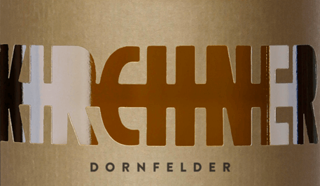 Dornfelder ramparts quality dry wine of (1l) - Red Wine by Kirchner This red wine presents itself with a spicy nose of dark chocolate, dark berry fruit and old leather. The mandrel fields ramparts quality dry wine, by Kirchner has a dense, powerful and compact palate. It is juicy and of a strict spiciness, reminiscent of undergrowth with wild berry fruit and cocoa. Despite the mature nature he exudes a youthful fruit. Light tannins on the palate, good balance and a pleasant length help him become a true pleasure.